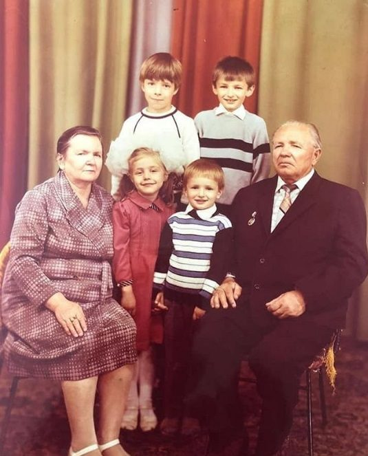 Таня Ліберман з бабусею і дідусем по мамі, братом Святославом і двоюрідними братами