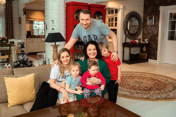 Надежда Бабкина с сыном, невесткой и внуками