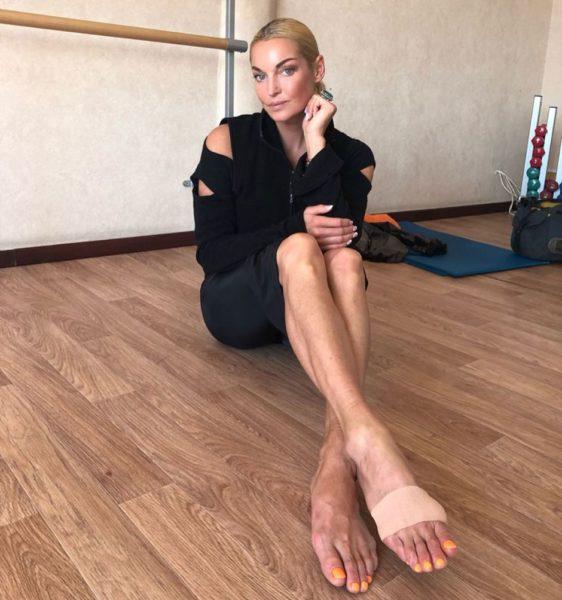 Анастасия Волочкова не стесняется своих ног