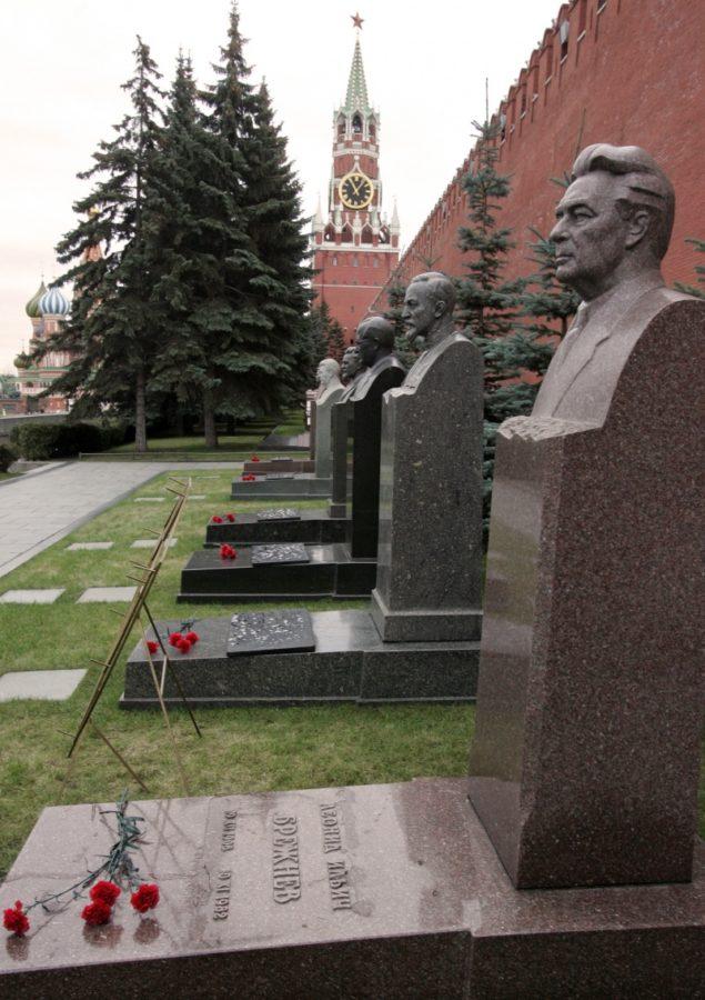 Жириновский хочет рядом с Брежневым и не просто табличкой, а бюстом