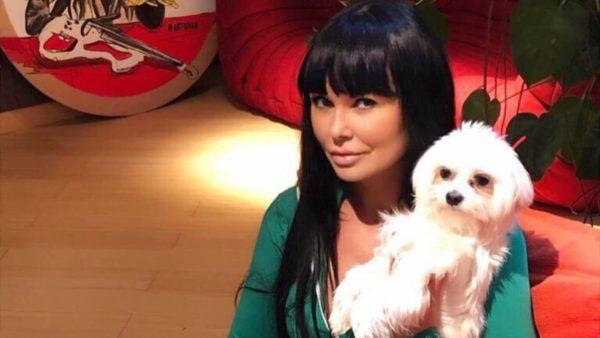 Ассія Ахат зі своєю собачкою