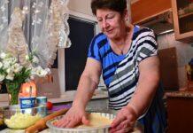 Мама готує осінній пиріг