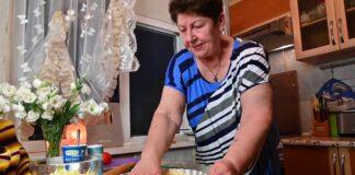 Мама готовит осенний пирог