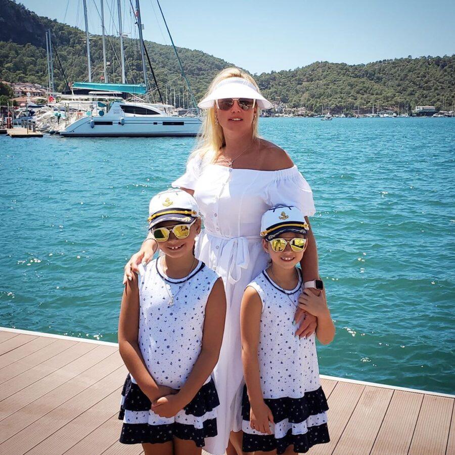 Співачка з дочками в Туреччині