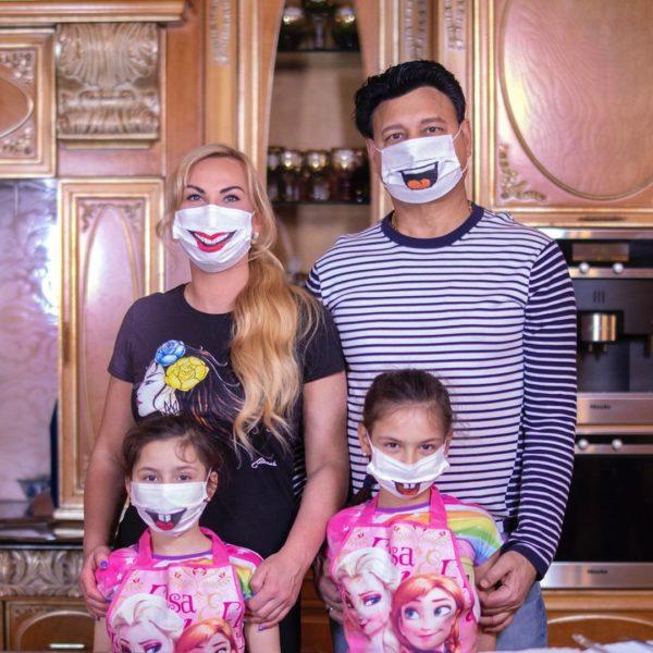 Камалия с мужем и их дочерьми