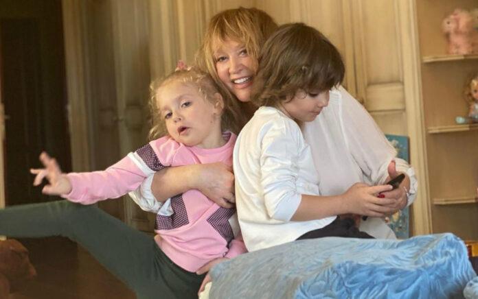 Алла Пугачева с двойняшками Лизой и Гарри