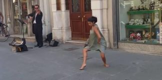 Балерина станцювала босоніж на вулиці