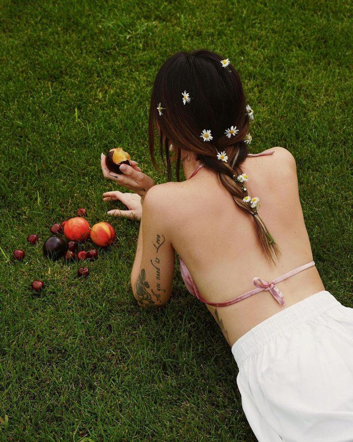 Надя Дорофєєва в саду