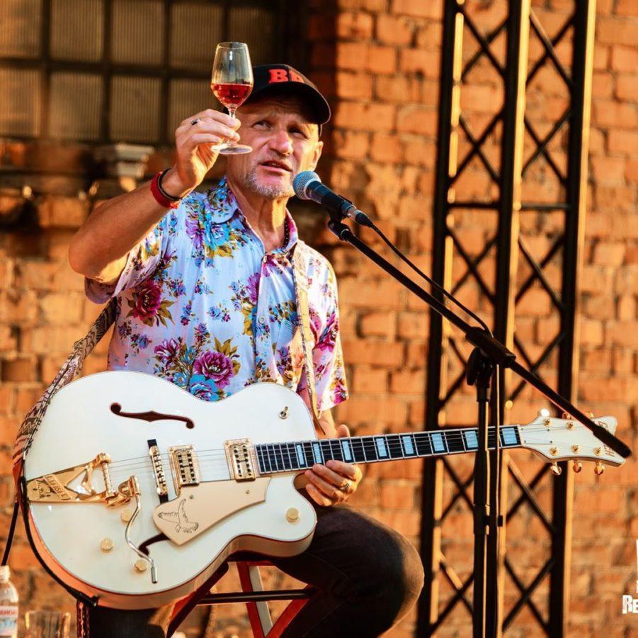 Олег Скрипка в последнее время постоянно с бокалом - так он продвигает собственную марку вина