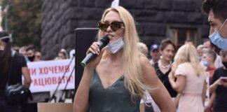 Оля Полякова под Кабмином потребовала разрешить проводить концерты