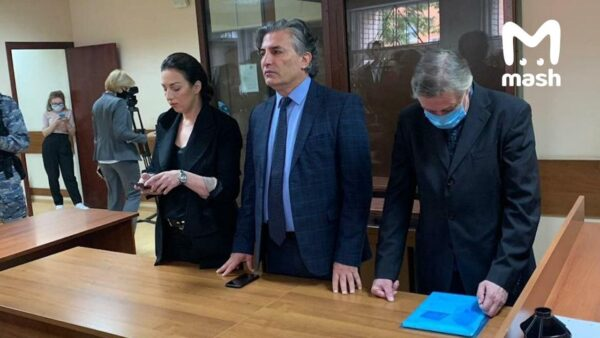 Михайло Єфремов зі своїми адвокатами слухає вирок з опущеною головою