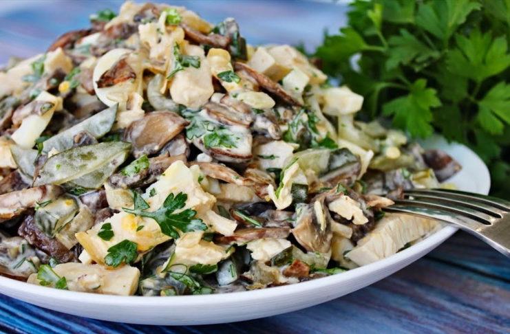 Сытный салат с грибами и мясом