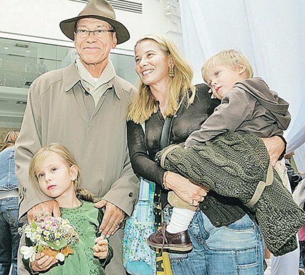 Андрей Кончаловский и Юлия Высоцкая со своими детьми