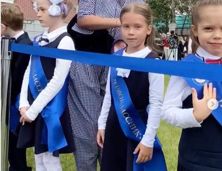 Настя Харламова на первой линейке