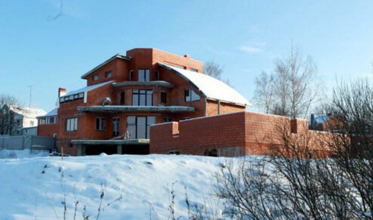 Недостоенний будинок Ялинки