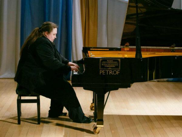 Лука Затравкин за роялем