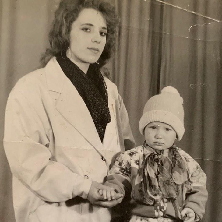 Яна Соломко с мамой в детстве