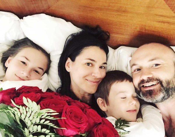 Маша Ефросинина с мужем и детьми