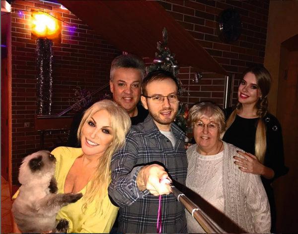 Денис с родителями, бабушкой и женой, на руках у Таисии Пуцля