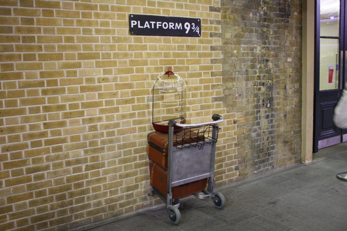 Памятник платформе 9 3/4 на вокзале Кингс-Кросс в Лондоне, Великобритания