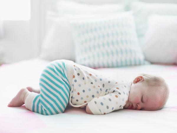 Дитина спить на подушці