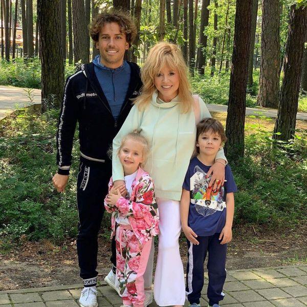 Сім'я Пугачової і Галкіна з дітьми Лізою і Гаррі