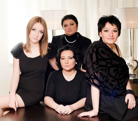 Алена Мозговая с дочерьми Евгенией и Зоей, а также своей мамой Виолеттой