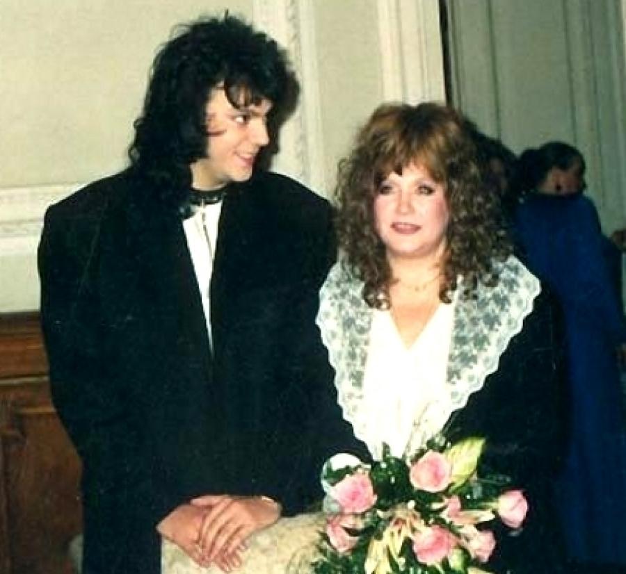 Вони одружилися в Санкт-Петербурзі в березні 1994 року