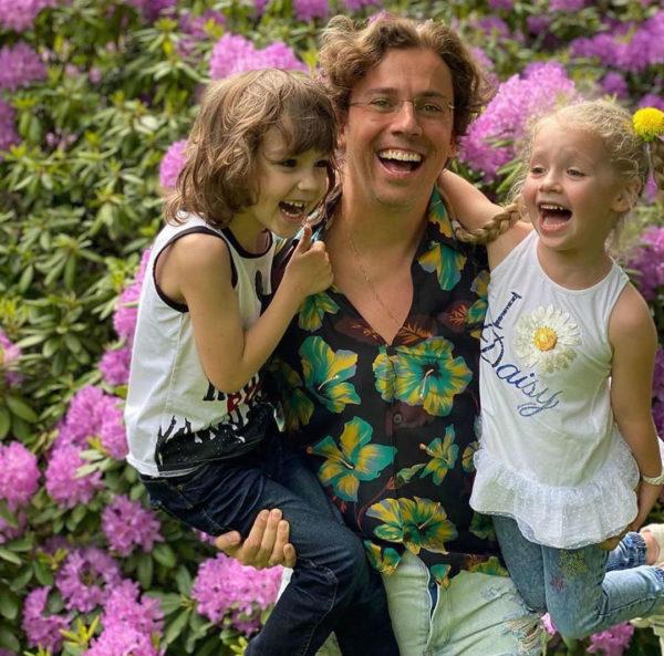 Максим Галкин с двойняшками Лизой и Гарри