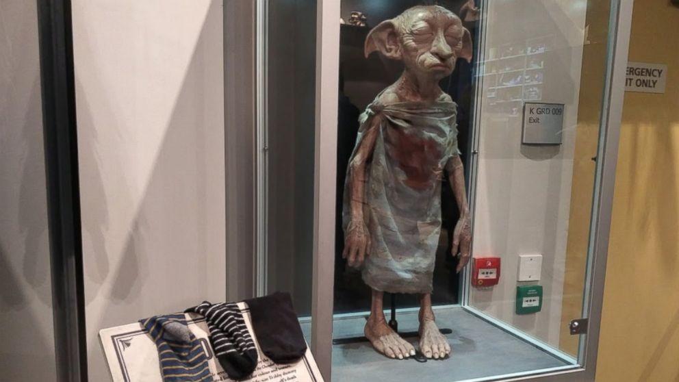 Добби в музее на студии Ливсден в Лондоне, Великобритания (сердобольные посетители оставляют носки, чтобы освободить эльфа)