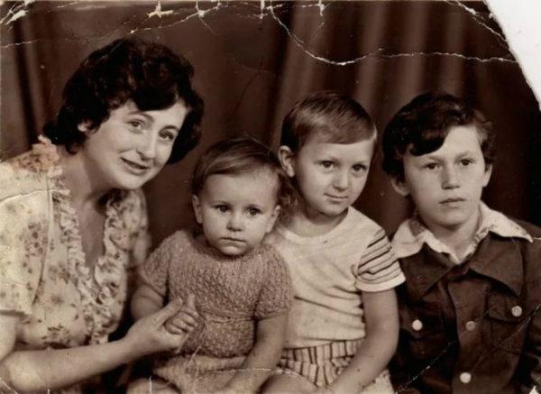 Маленька Кароліна з братами і мамою