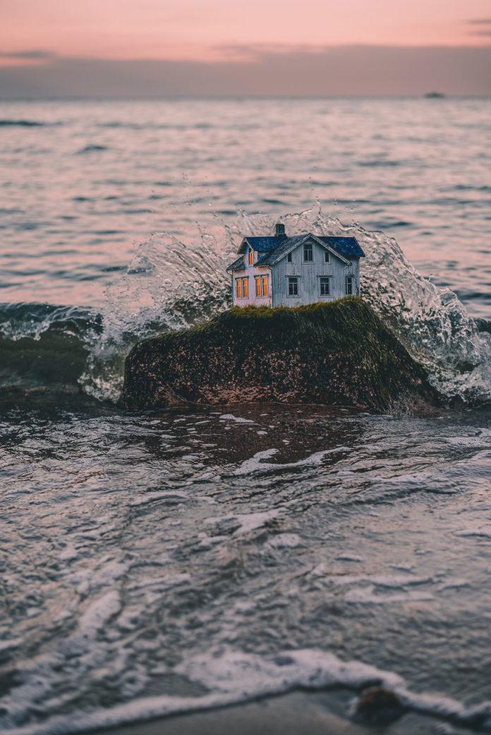 Будиночок на скелі