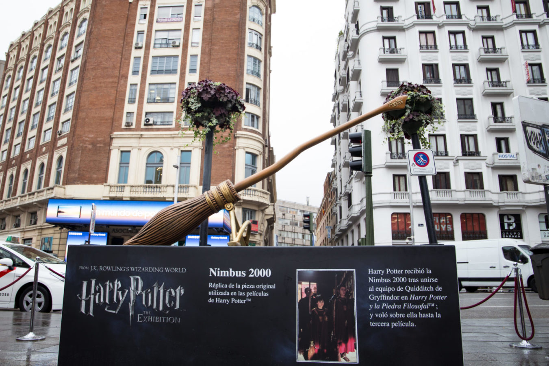 "Памятник метле ""Нимбус-2000"" в Мадриде, Испания"