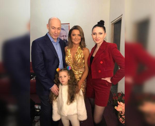 Дмитрий Гордон с женой Алесей Бацман, их дочерью и Натальей Могилевской