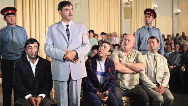 Морис Слободской (слева сидит в черном костюме)