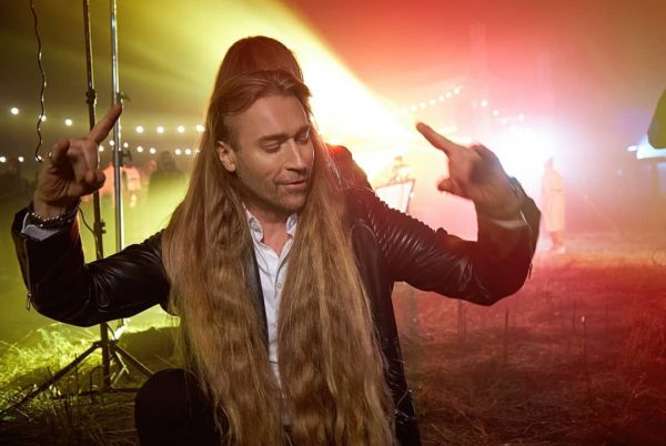 Олег Винник с длинными волосами