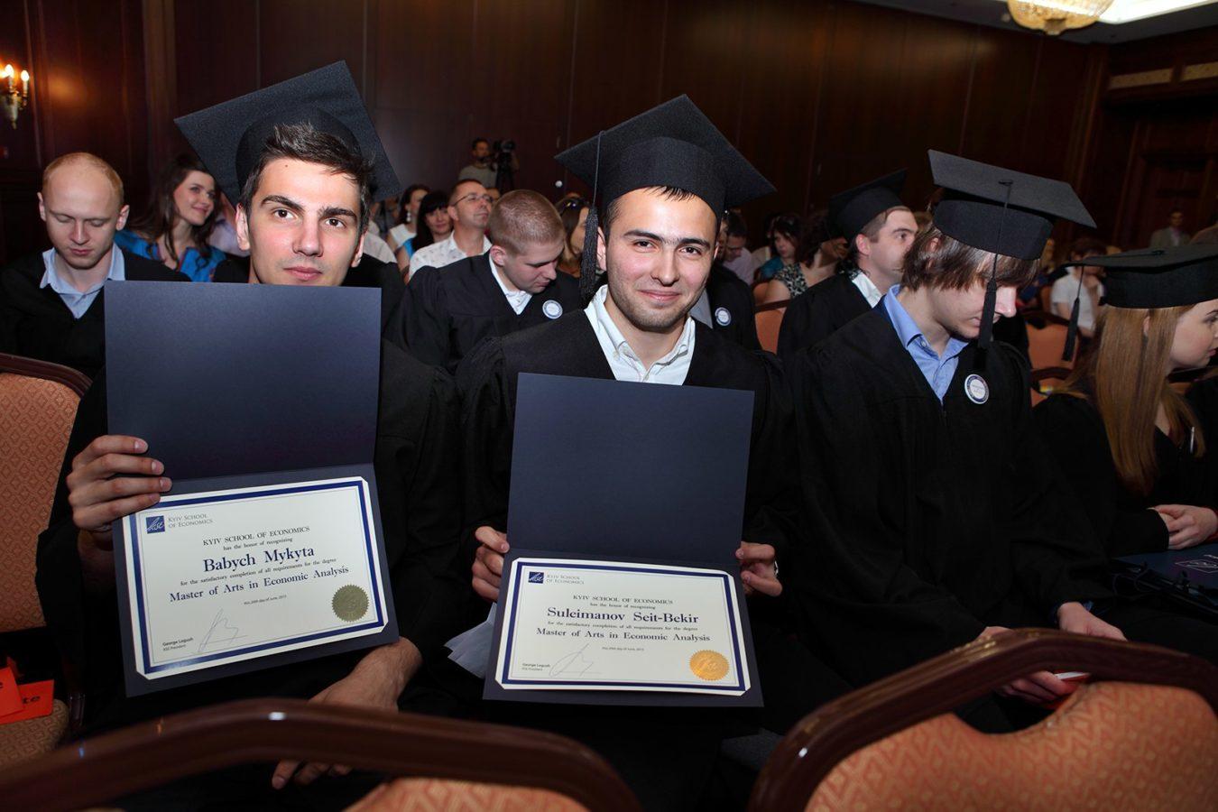 Бекир Сулейманов получает диплом