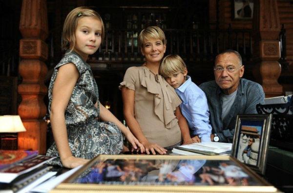 Высоцкая и Кончаловский с детьми