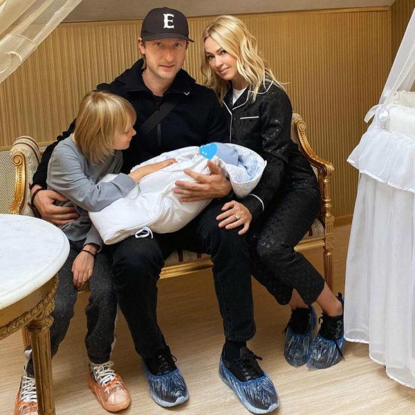 Плющенко и Рудковская с детьми