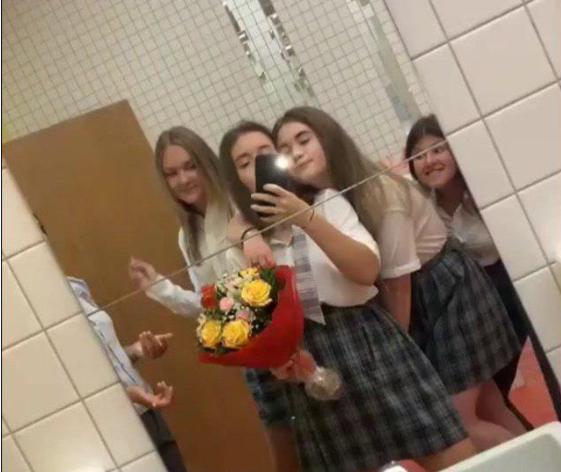 Селфи в школьном туалете (Саша выглядывает из-за двери)