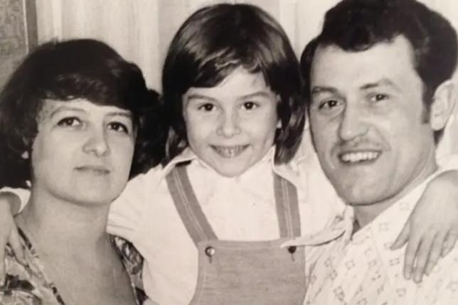 Жанна Бадоєва в дитинстві з батьками