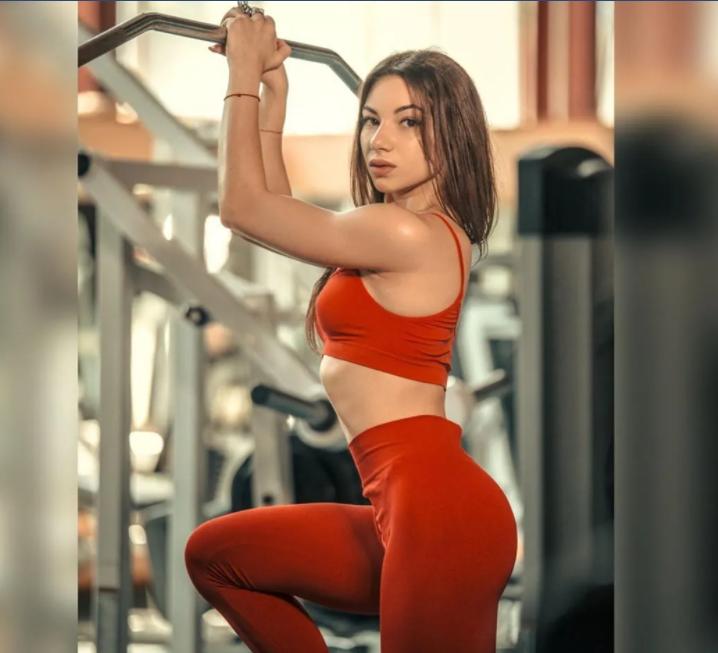 Виктория Черненко в спортзале
