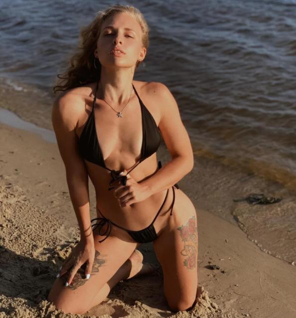 Александра Суманеева на пляже