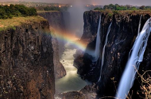 Над водопадами радуга ночью бівает постоянно - как только лунній свет попадает