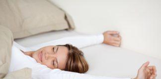 Плюси і мінуси сну без подушки