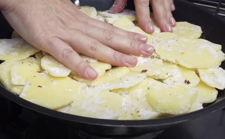 Картопля в сковороді