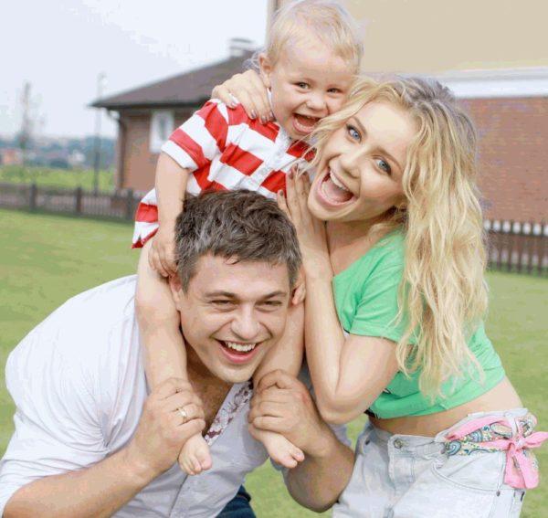 Тина Кароль с маленьким сыном и мужем