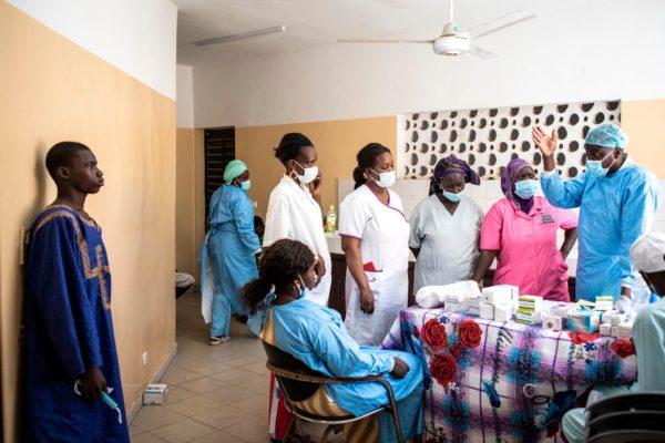 Медики, наблюдающие за больными