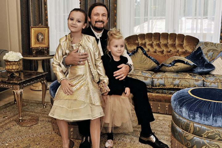 Стас Михайлов з молодшими доньками в вітальні