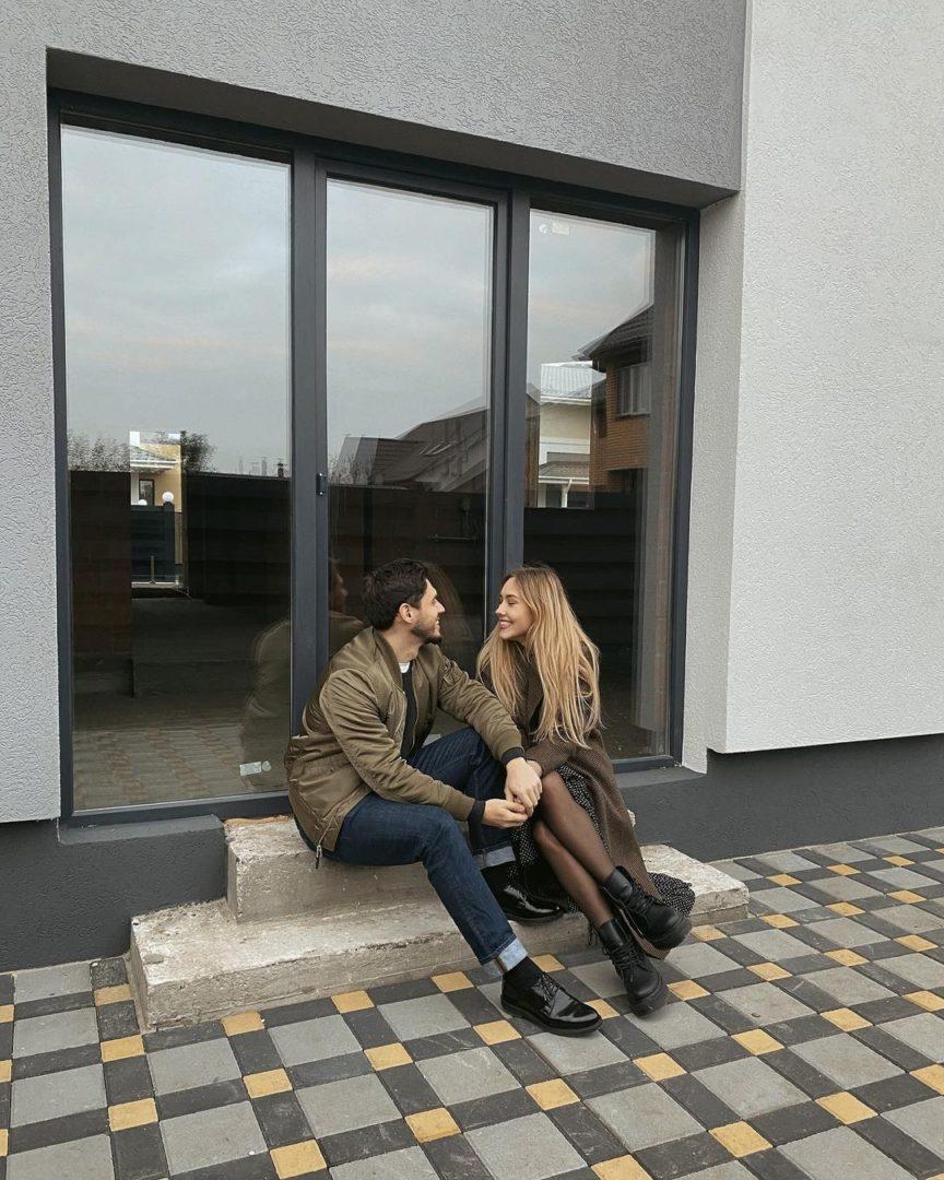 Микита Добринін і Даша Квіткова біля входу в свій новий будинок
